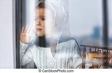 bambino, bambino, pilota, a, finestra, con, aeroplano giocattolo