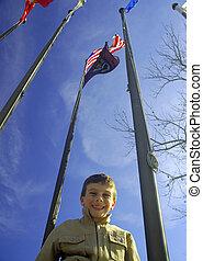 bambino, bandiere, sotto