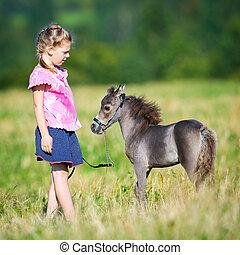 bambino, con, uno, piccolo, cavallo miniatura, in, campo