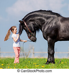 bambino, e, grande, cavallo nero, a, primavera