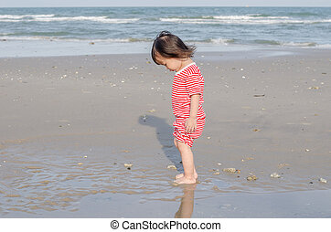 bambino sta piedi, solo, spiaggia
