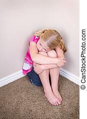 bambino triste, seduta, in, angolo
