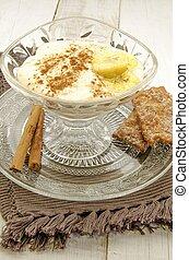 Banana cream dessert with cinnamon