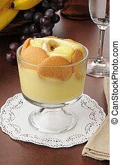 Banana pudding - A dessert cup with banana pudding and...