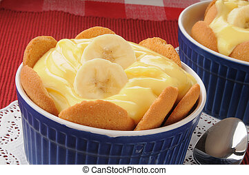 Banana pudding - A dish of banana pudding with vanilla...
