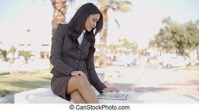 banc, ordinateur portable, affaires femme, séance