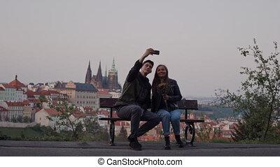 banc, séance, aimer, téléphone, double, selfie, prendre, vue, prague, beau, couple
