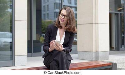 banc, smartphone, séance, utilisation, affaires femme