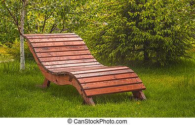 banco de madera, en, un, césped, con, hierba verde