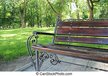 banco, en, el, hermoso, parque, con, muchos, árboles verdes