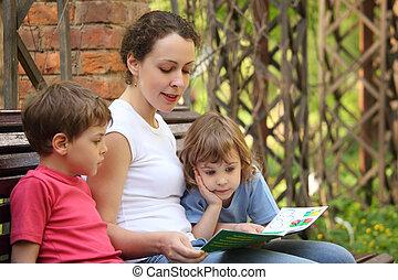 banco, lê, livro, mãe, senta-se, crianças