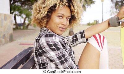 banco, mulher, jovem, skateboard