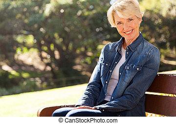 banco, mulher sênior, ao ar livre, sentando