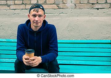 banco parque, jovem, bebendo, madeira, café, sentando, homem