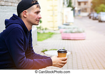 banco, parque, sentando, homem jovem, madeira, café, bebendo