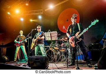 banda, se realiza, sobre el escenario, en, un, club nocturno