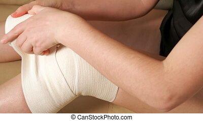 bandage, femme, élastique, gros plan, genou