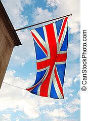 bandeira britânica, waving, em, wind., em, fundo, de, céu azul, com, nuvens brancas