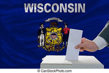 bandeira, voto, durante, eleições, homem, frente, caixa, estado, pôr, americano, wisconsin
