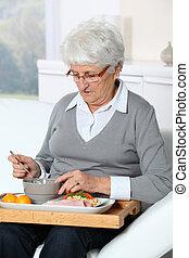 bandeja, idoso, sentando, mulher, sofá, almoço