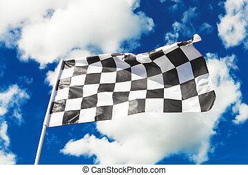 bandera de checkered, ondulación, con, cielo azul, y, nubes,...