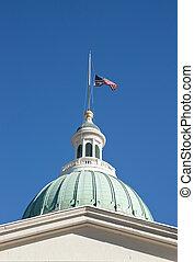 bandera, maszt, courthouse, na, pół