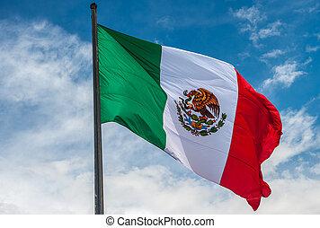 bandera, od, meksyk, na, błękitny, pochmurne niebo