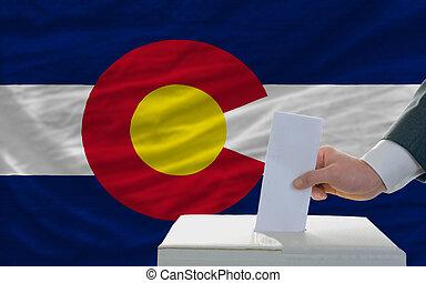 bandera, papeleta, colorado, durante, elecciones, hombre, ...