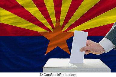 bandera, papeleta, durante, elecciones, hombre, frente, caja...