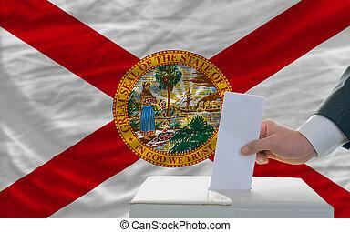 bandera, papeleta, durante, elecciones, hombre, frente, ...