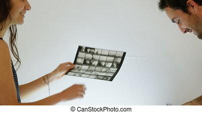 bandes, vérification, magnifier, femme, photographes, mâle, verre, pellicule, 4k