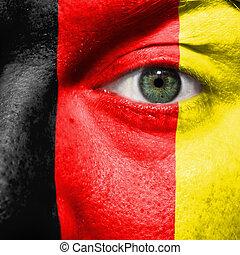 bandiera, dipinto, su, faccia, con, occhio verde, mostrare, belgio, sostegno