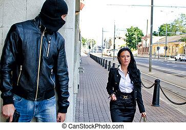 bandit, in, maskera, med, gevär, väntan, för, offer