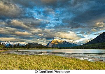 banff nemzeti dísztér, cinóbervörös szín, tavak, napnyugta,...
