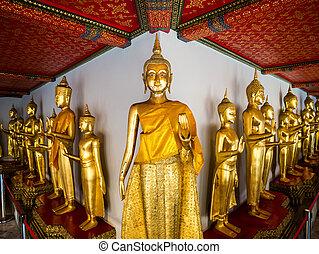 Buddha at Wat Pho long corridor