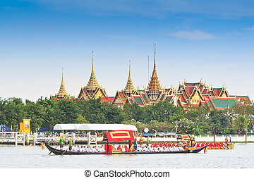BANGKOK, THAILAND-NO VEMBER 9:Decorated barge parades past the Grand Palace at the Chao Phraya River during Fry the Kathina ceremony cloth of Royal Barge Procession on Nov. 9, 2012 in Bangkok, Thailand