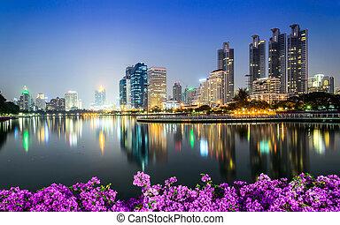 bangkok, ville, en ville, soir, à, bougainvillea, fleur, premier plan