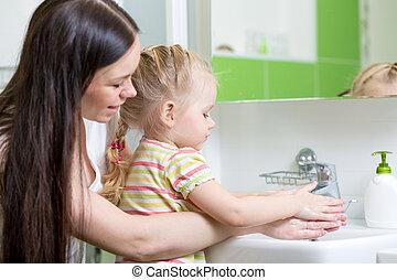 banheiro, mulher, filha, dela, bonito, mãos, lavando, menina, sabonetes, criança