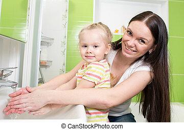banheiro, mulher, filha, mãos, bonito, criança, lavando, menina, sabonetes