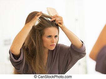 banheiro, mulher, interessado, jovem, cabelo, combing