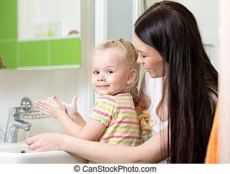 banheiro, mulher, lavando, dela, mãos, filha, menina, sabonetes, criança