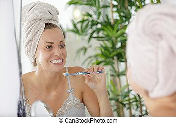 banheiro, retrato, escovar, dela, dentes, mulher