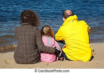 bank., famille, séance gens, trois, back., sable, rivière, vue
