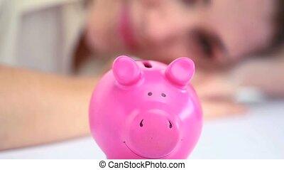 banque, porcin, femme regarde