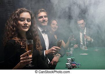 baráti társaság, ülés, -ban, játék, asztal, alatt, kaszinó