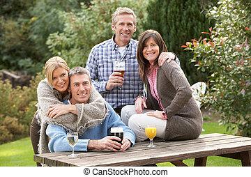 baráti társaság, szabadban, élvez, ital, alatt, kocsma, kert