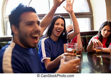 bar, piłka nożna, miłośnicy, świętując, piwo, zwycięstwo