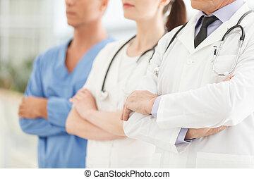 bara, professionell, medicinsk, assistance., beskuren, avbild, av, framgångsrik, doktorn, lag, stående, tillsammans, med, deras, beväpnar korsat