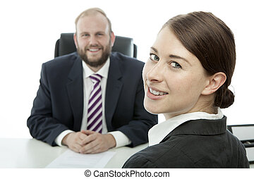 barba, homem negócio, morena, mulher escrivaninha, sorrindo