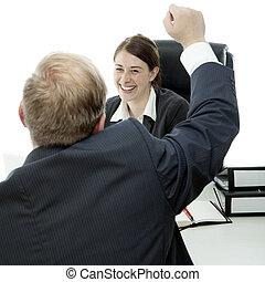 barbe, homme affaires, femme bureau, augmentation, bras dans air, et, est, heureux